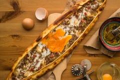 Turco Pide con el huevo y la carne picadita Foto de archivo libre de regalías