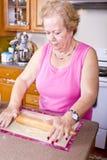 Turco Pide da senhora mais idosa Prepearing Imagem de Stock Royalty Free