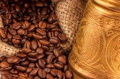 Turcos de cobre árabes e grãos de café dispersados Imagens de Stock