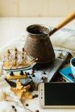 Turcs de cuivre, tasse et graines de café, et un futé Photographie stock