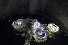 TURDA, RUMÄNIEN - AUGUSTI 19TH 2016 - sikt av den underjordiska sjön och deformade konstruktionerna i Turda den salta minen Royaltyfri Foto