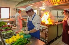 Tureccy szefowie kuchni przygotowywa tureckiego posiłek Obrazy Stock