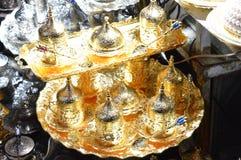 Tureccy teapots ustawiający dla sprzedaży w rynku obraz royalty free