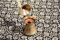 Turecczyzna Cezve z świeżą kawą na tablecloth zdjęcie stock