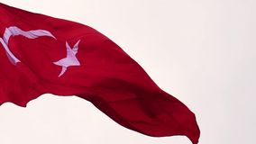 Turecczyzny flaga w zwolnionego tempa chlaniu z wiatrem, flaga republika indyka wolny chodzenie, zdjęcie wideo