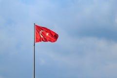 Turecczyzny flaga z niebieskim niebem Zdjęcie Royalty Free