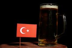 Turecczyzny flaga z piwnym kubkiem na czerni Fotografia Royalty Free