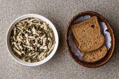 Turecczyzny Mas Fasulyesi Corbasi, Mung Bobowa polewka z otrębiastym chlebem/ fotografia royalty free