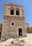 Turecka dziewczyna pozuje przy drzwi stary grka dom Zdjęcie Royalty Free