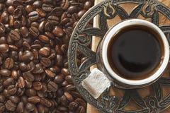 Turecka filiżanka i kawowe fasole na naturalnej ziemi zdjęcia royalty free