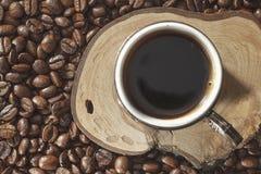 Turecka filiżanka i kawowe fasole na naturalnej ziemi zdjęcie stock