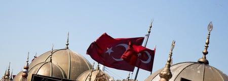 Turecka flaga państowowa i kopuły w widoku Fotografia Stock