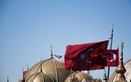 Turecka flaga państowowa i kopuły w widoku Obrazy Stock