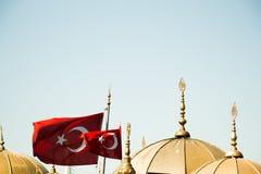 Turecka flaga państowowa i kopuły w widoku Fotografia Royalty Free