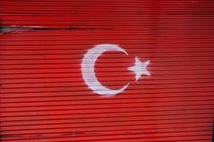 Turecka flaga państowowa malował na metalu w ulicie Fotografia Stock