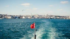 Turecka flaga państowowa trzepocze na pięknym Bosphorus i Ista Zdjęcia Royalty Free