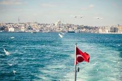 Turecka flaga państowowa trzepocze na pięknym Bosphorus i Ista Obraz Stock