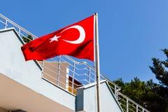 Turecka flaga pod midday światłem Obrazy Stock