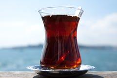 Turecka herbata w tradycyjnej szklanej filiżance Zdjęcie Royalty Free