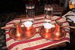 Turecka kawa i tureccy zachwyty Filiżanka arabska kawa i szkło zimna woda Tradycyjna turecka kawa w garnku Zdjęcie Stock