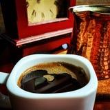 Turecka kawa w białej filiżance z miedzianym producentem Zdjęcia Royalty Free
