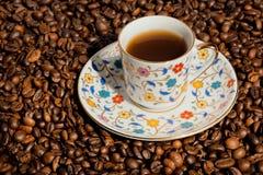 Turecka kawa w małej filiżance z tradycyjnymi wzorami i kawowymi fasolami fotografia royalty free