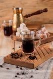 Turecka kawa w tradycyjnego embossed metalu turka kawowe adra, turek, kawowy ostrzarz na drewnianym tle obraz royalty free