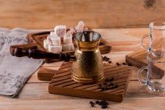 Turecka kawa w tradycyjnego embossed metalu turka Kawowe fasole i turek na drewnianym tle obrazy stock