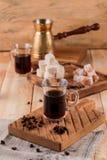 Turecka kawa w tradycyjnego embossed metalu turka Kawowe fasole i turek na drewnianym tle obraz royalty free