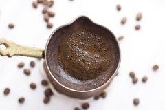 Turecka kawa w tradycyjnym ręcznie robiony jezve zdjęcia royalty free