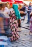 Turecka kobieta jest ubranym kolorowych ubrania Fotografia Royalty Free