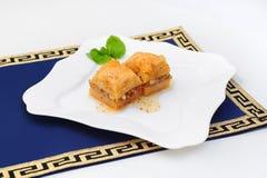 Turecki baklava, środkowi wschodni cukierki na bielu talerzu Fotografia Stock