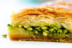 Turecki deser - Baklava z arachidem, pistachious, miód na białym tle zdrowi cukierki kosmos kopii zdjęcie royalty free