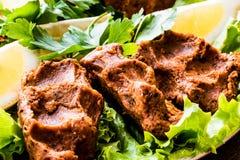 Turecki Karmowy Cig Kofte z cytryną, sałatą i pietruszką na srebnej tacy, Zdjęcie Stock