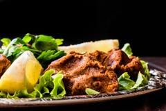 Turecki Karmowy Cig Kofte z cytryną, sałatą i pietruszką na srebnej tacy, Zdjęcia Royalty Free