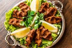Turecki Karmowy Cig Kofte z cytryną, sałatą i pietruszką na srebnej tacy, Obraz Royalty Free