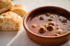 Turecki karmowy kofta jest klopsikami w pomidorowym źródle i chlebie fotografia stock