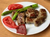 Turecki Karmowy Kofte, Kofta lub klopsiki z/Zielonymi pieprzami i pomidorami Zdjęcia Stock
