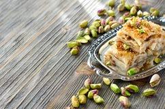 Tureckiego pistacjowego ciasta deserowy baklava z zielonymi pistacjami obrazy stock