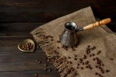 Tureckiej kawy strąk z drewnianą rękojeścią Fotografia Royalty Free