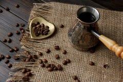 Tureckiej kawy strąk z drewnianą rękojeścią Obraz Royalty Free