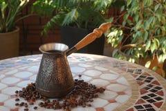 Turek dla kawy na stole zdjęcia stock