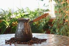 Turek dla kawy na stole zdjęcia royalty free