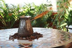 Turek dla kawy na stole zdjęcie stock