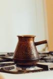 Turek z kawą na benzynowej kuchence Zdjęcie Royalty Free