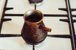 Turek z kawą na benzynowej kuchence Obraz Royalty Free
