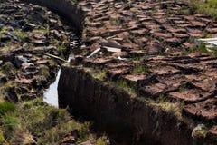 Turf het graven in Schotland stock foto