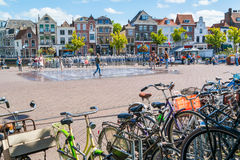 Turfmarkt och Beestenmarkt kvadrerar i Leiden, Nederländerna Royaltyfria Bilder