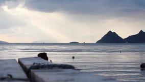 Turgutreis, Bodrum, Turquía, mirando fijamente la isla de Catal y las islas griegas debajo del cielo del molde de la nube almacen de video
