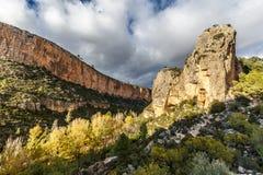 Turia峡谷石灰石峭壁由太阳打开了在丘利利亚附近 库存图片